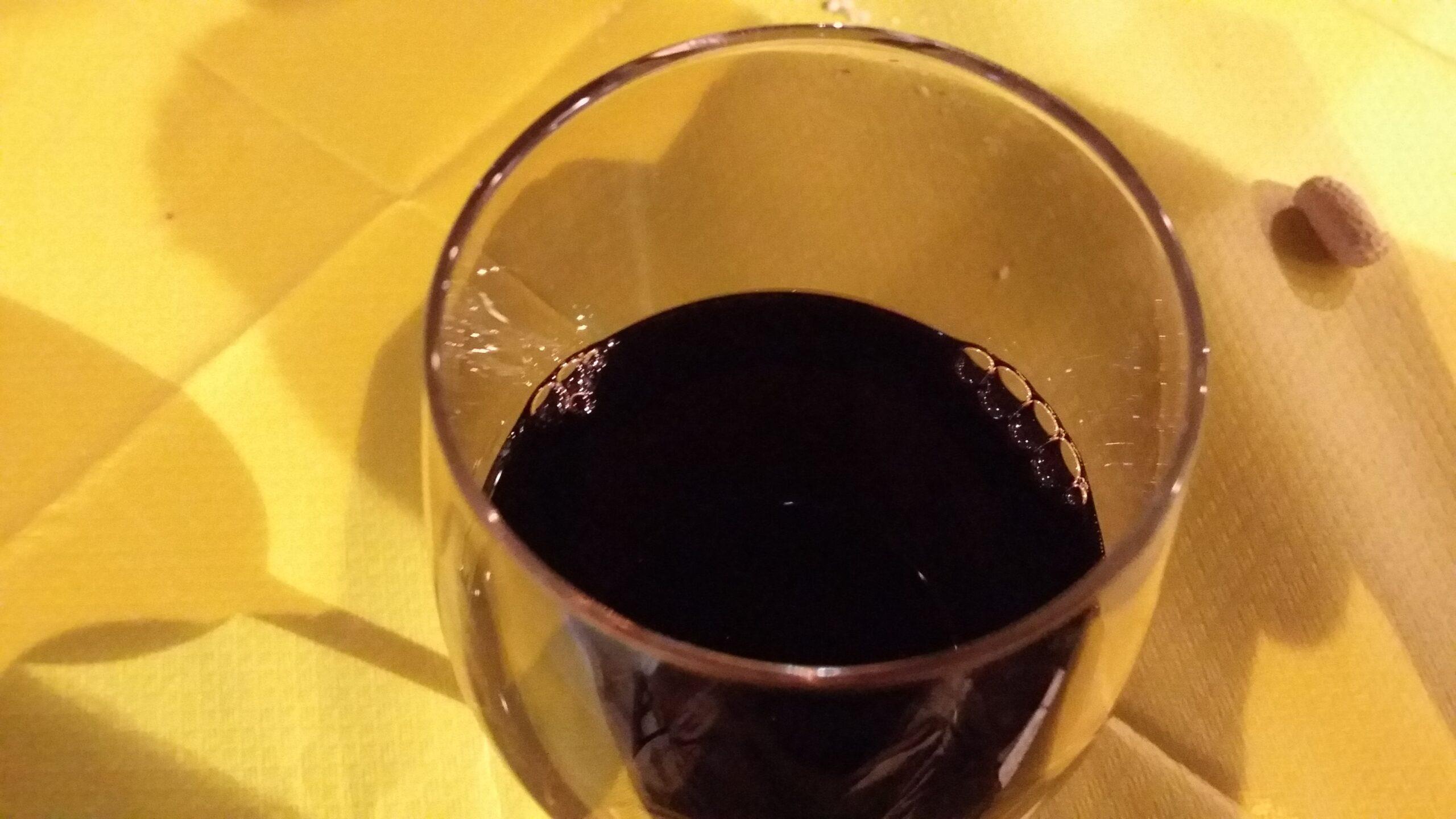 Calice di vino cannonau